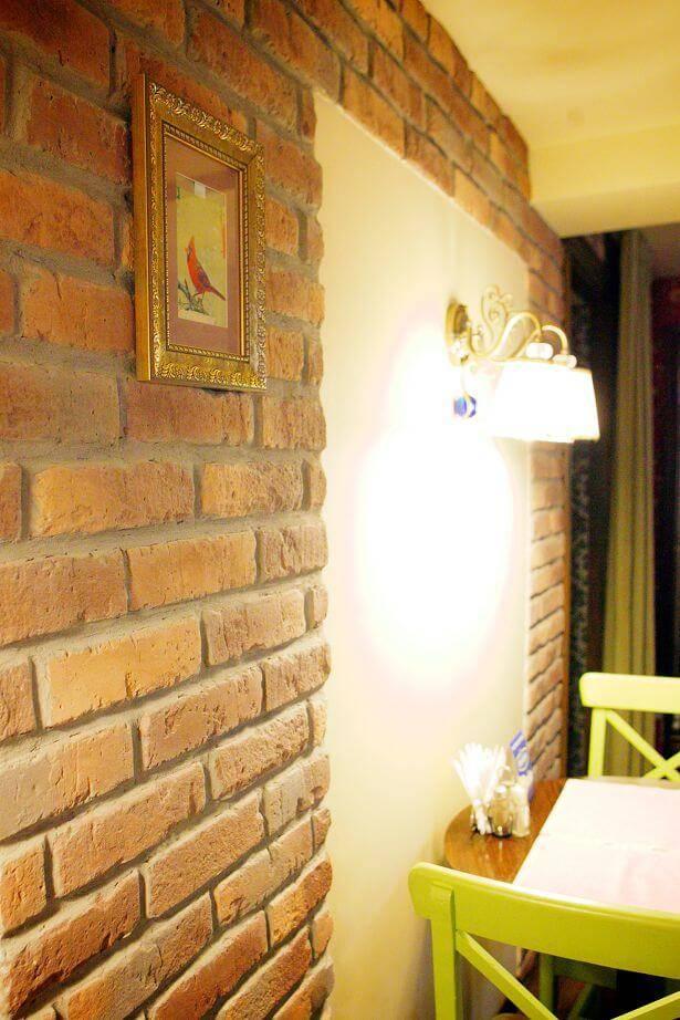Декоративный камень для внутренней отделки в прихожей