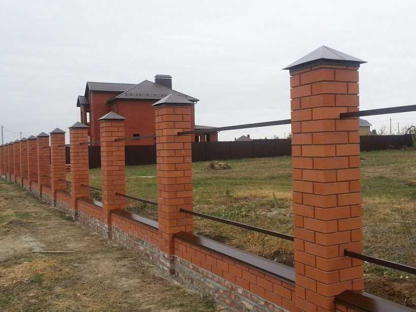 Забор из профнастила с кирпичными столбами, этапы работ по строительству и установке