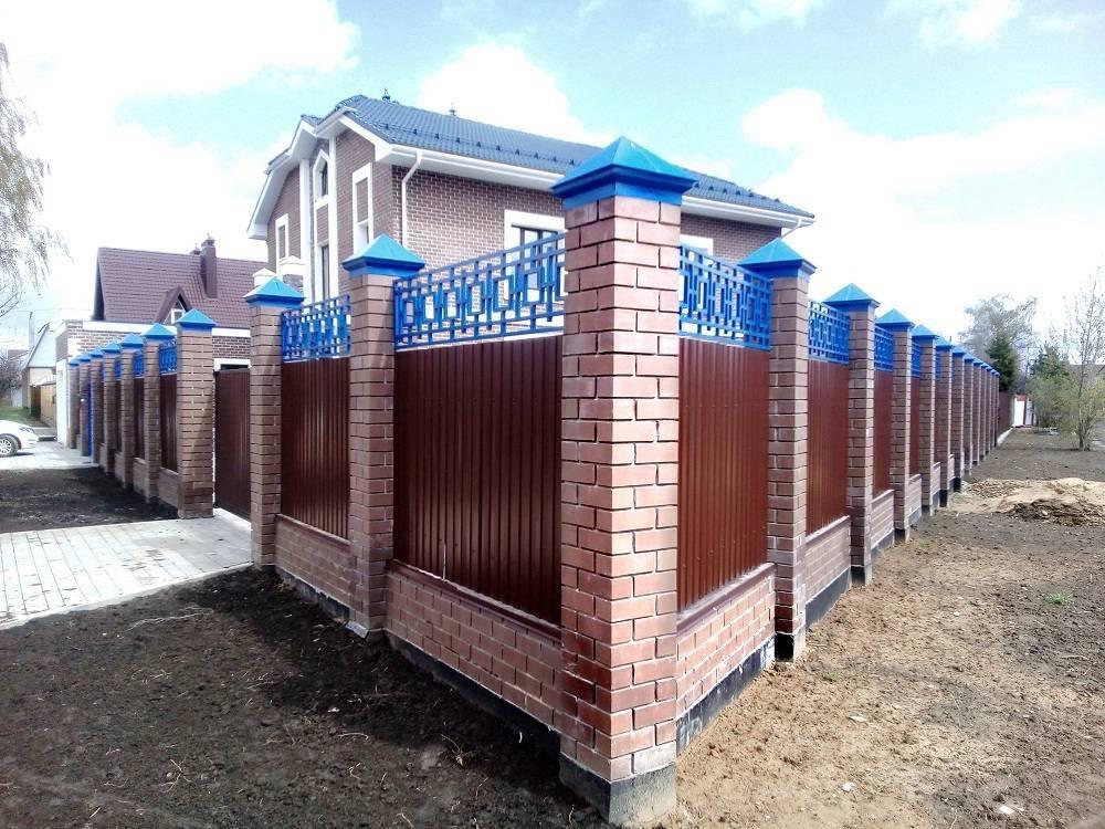 Заборы из профнастила с кирпичными столбами
