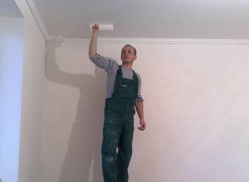 Как избавиться от проплешин и пятен при покраске потолка