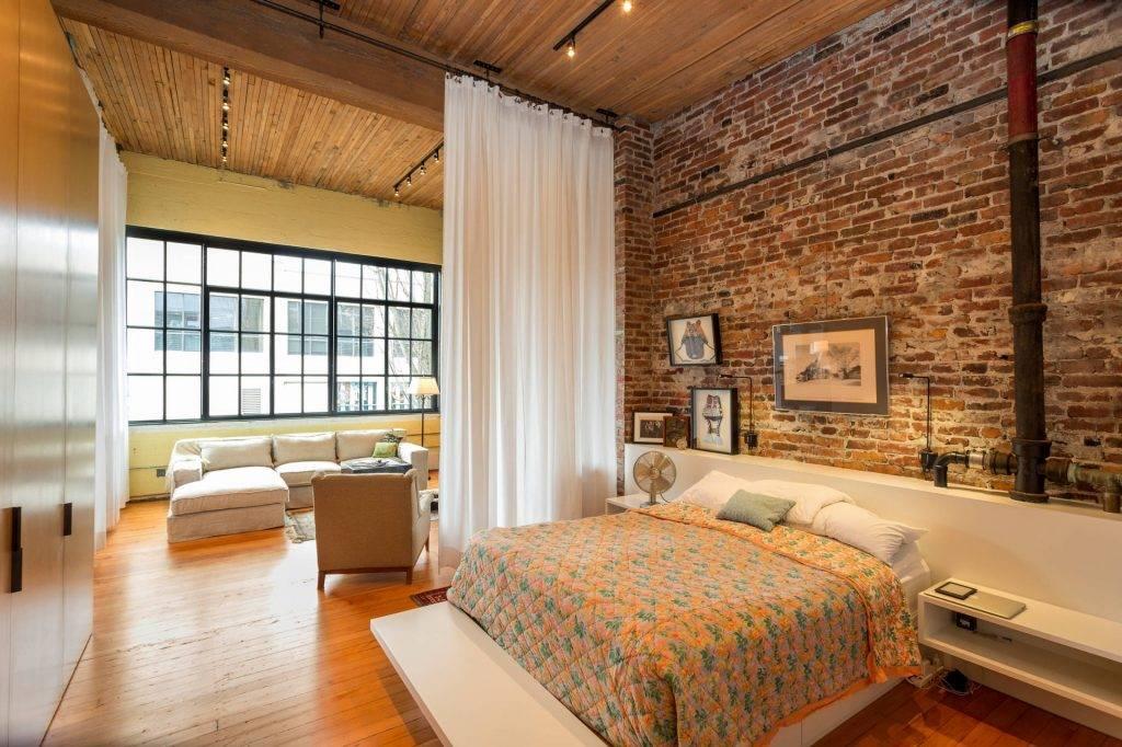 Белая кирпичная стена в интерьере прихожей, кухни, гостиной: фото