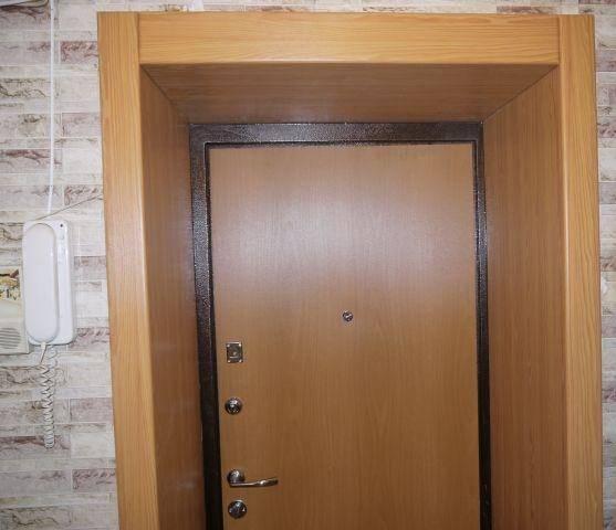 Оформление входных деревянных дверей и откосов внутри квартиры