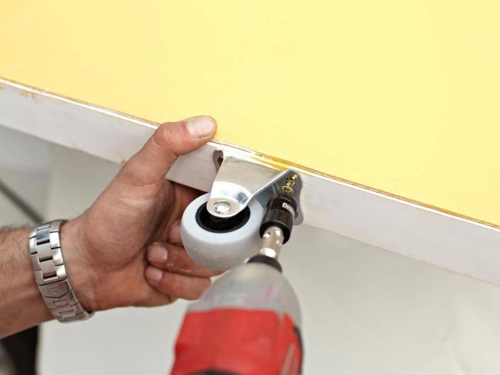 Установка дверей купе (38 фото): монтаж межкомнатных купейных изделий в нишу или проем, сборка своими руками навесной модели