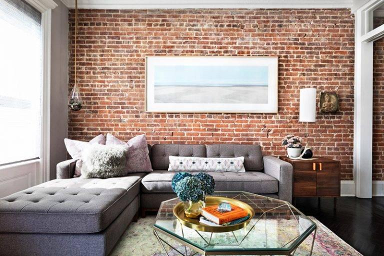 Кирпичная стена в интерьере городской квартиры, фото