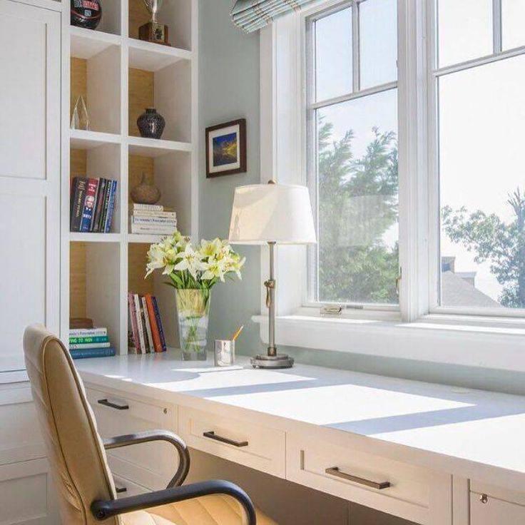 Рабочая зона у окна в детской: особенности организации места и правила размещения письменного стола