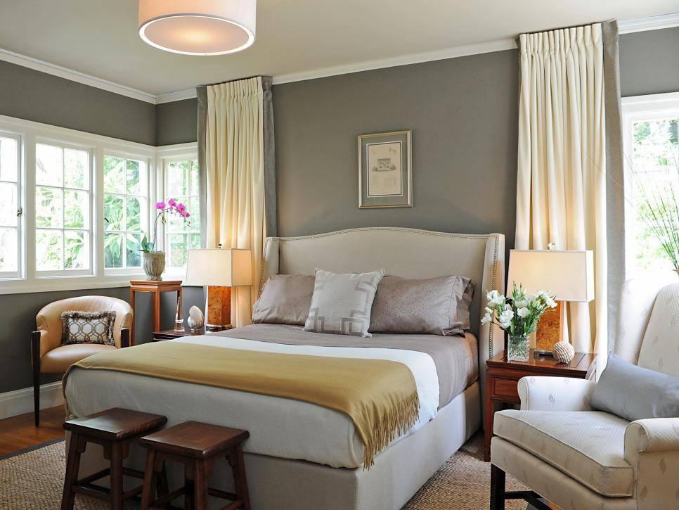Интерьер спальни в светлых тонах со светлой и темной мебелью в современном стиле, дизайн с яркими акцентами  - 35 фото