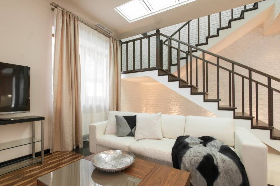 Лестницы в гостиной (67 фото): дизайн интерьера гостиной с лестницей на второй этаж вдоль стены. виды лестниц в зале дома и на даче