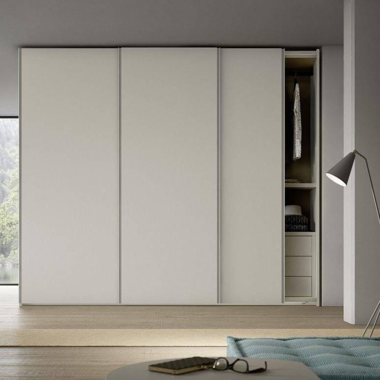 Разновидности раздвижных дверей для гардеробной, особенности сборки