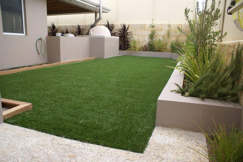 Искусственные газоны (64 фото): настил пластиковой травы и виды. как уложить газон-коврик на даче своими руками? отзывы покупателей