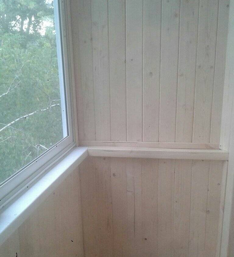 Способы монтажа и отделки балкона вагонкой — фото