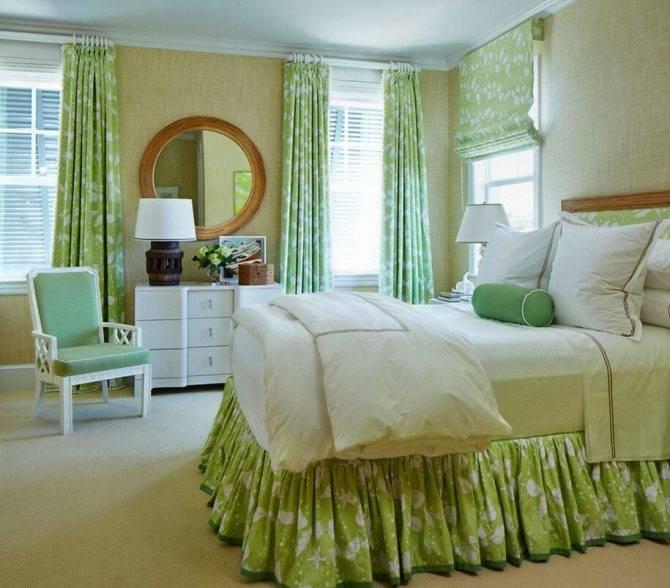 Спальня в зеленых тонах (79 фото): обои темного цвета в дизайне интерьера. какие шторы и покрывала подойдут для салатовой комнаты? как изумрудные стены сочетаются с белыми и бежевыми оттенками?