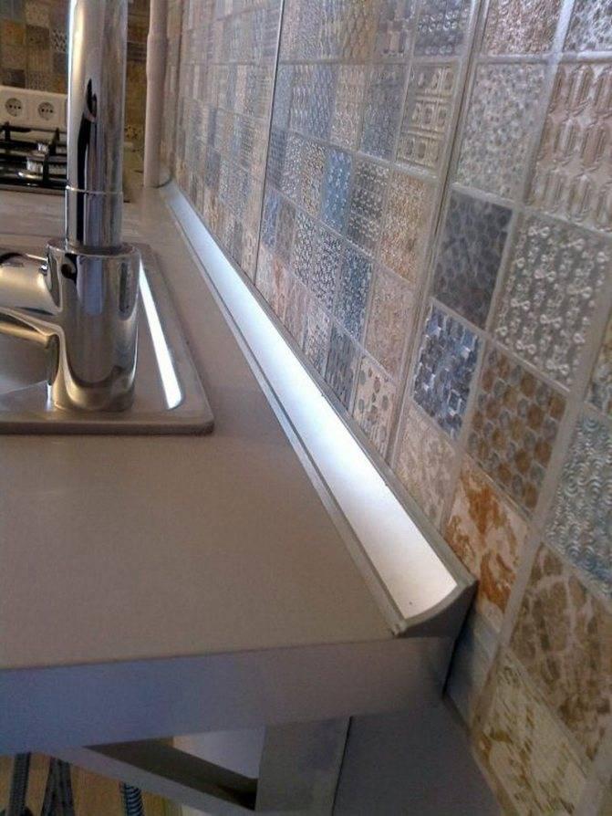 Как правильно крепить плинтус к столешнице на кухне: своими руками, чем крепить, полезные советы