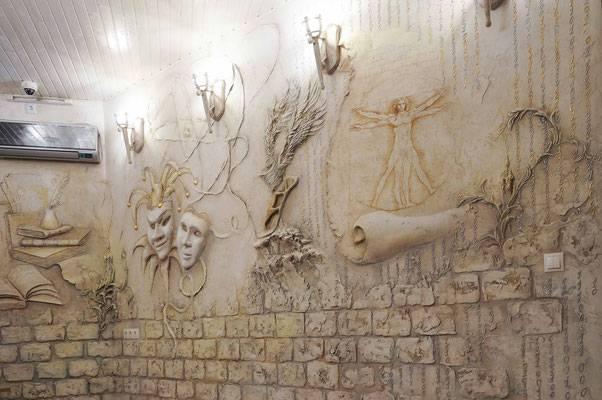 В интерьере какого стиля можно использовать на стенах барельефы
