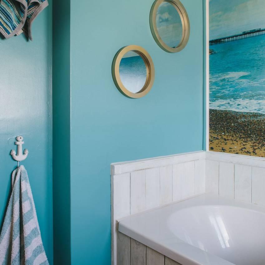 Ванная комната в морском стиле: океанские глубины в простой многоэтажке