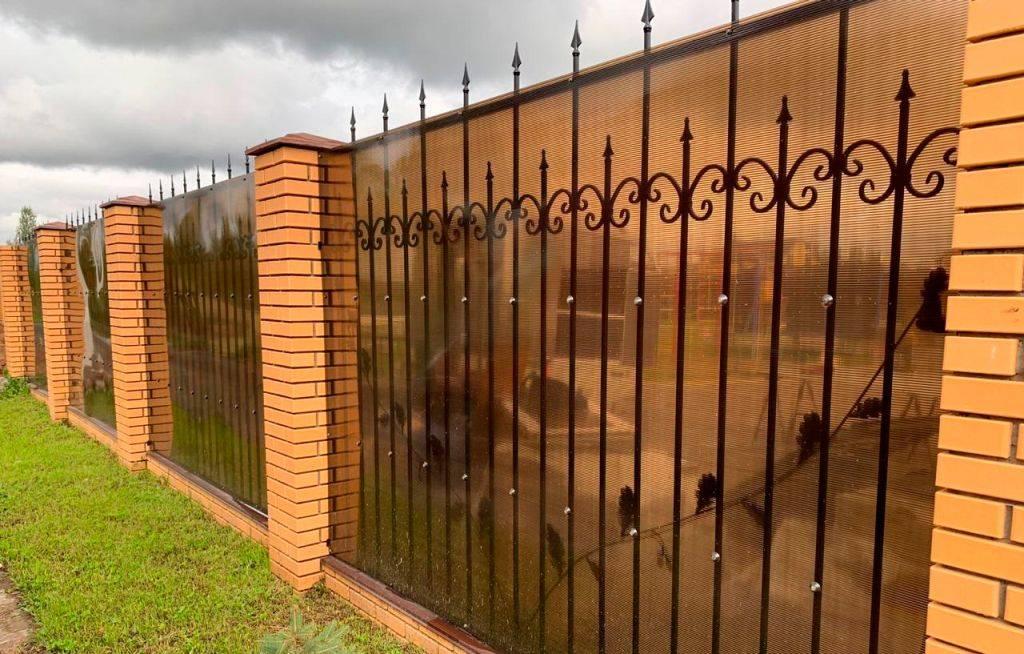 Забор из поликарбоната на металлическом каркасе, установка, особенности, фото