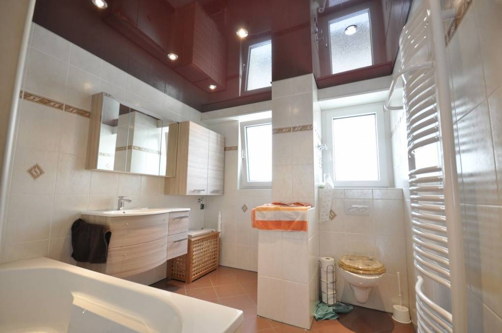 Можно ли делать натяжной потолок в ванной комнате – выбор правильного материала