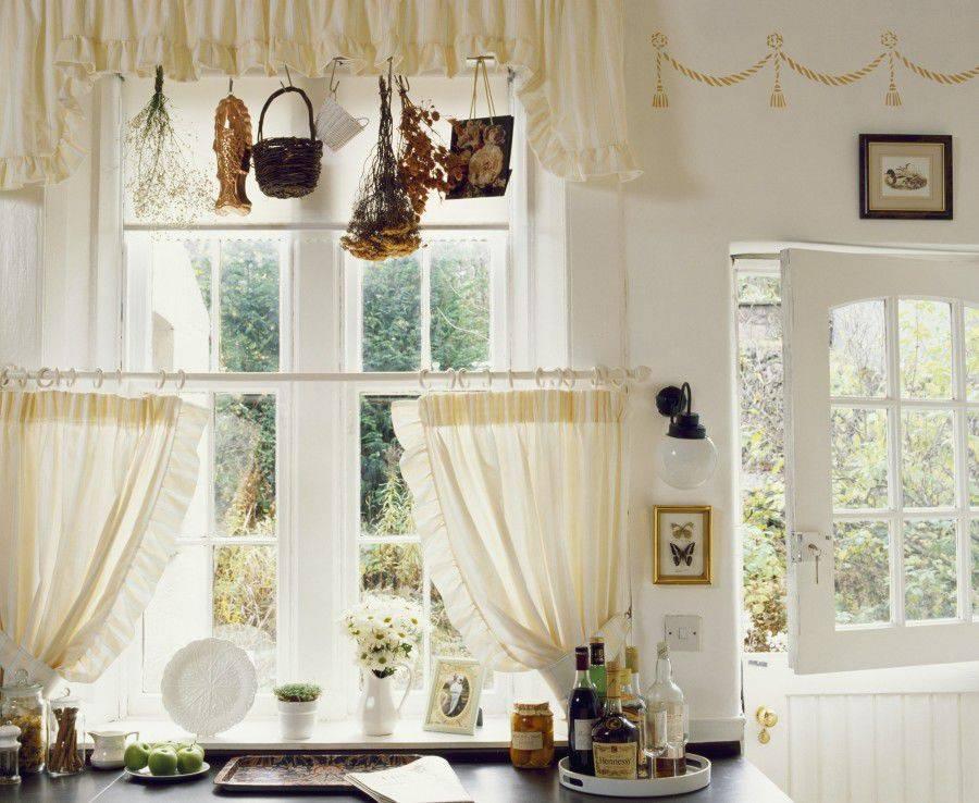 Дизайн штор для гостиной в современном стиле: цвета, размеры, сочетания, трендовые принты