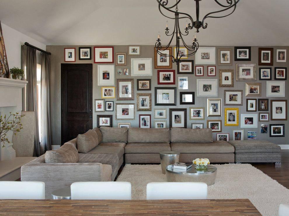 Как оформить стену в гостиной над диваном, декорировать полками и панно, что повесить  - 37 фото