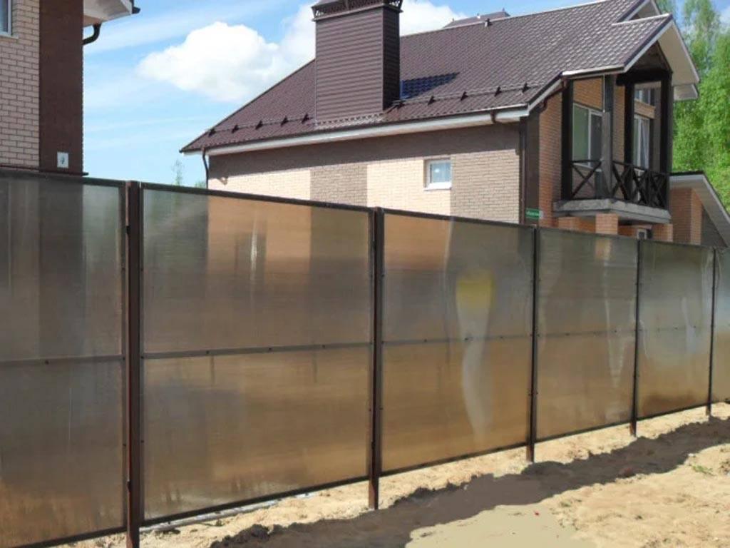 Варианты заборов для частного дома: плюсы и минусы материалов