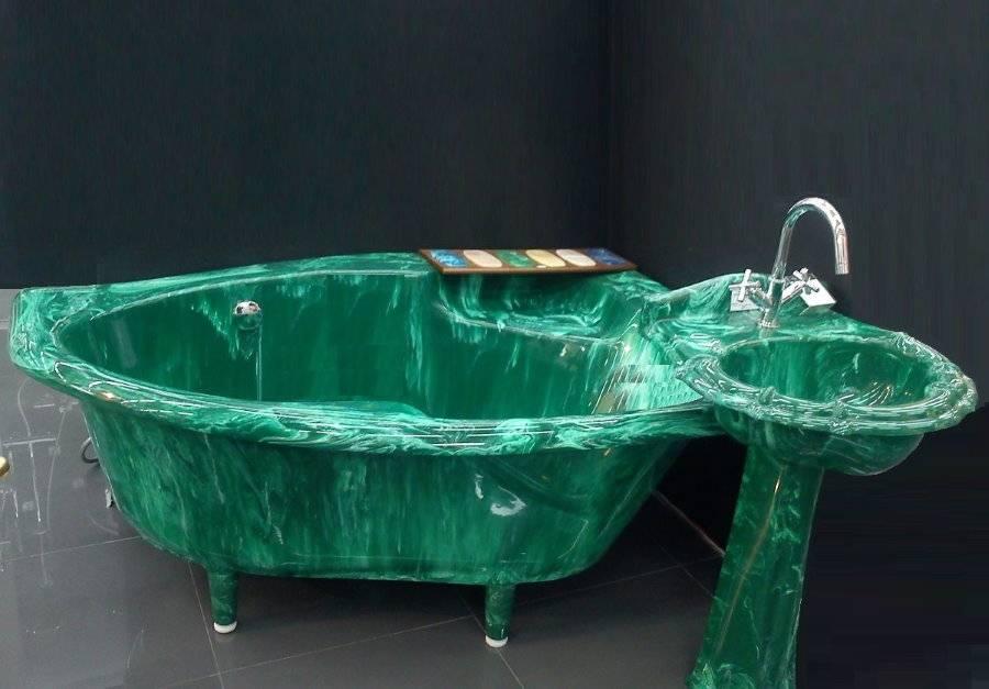 Ванная комната под мрамор: дизайн интерьера в сочетании с деревом, с белой плиткой  - 14 фото