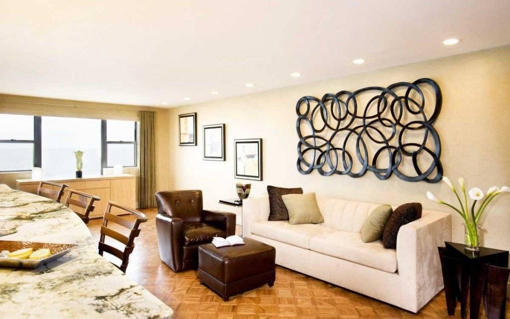 Декор стены в гостиной (66 фото): лучшие украшения для оформления декоративной акцентной стены в зале. чем лучше украсить пустую стену? как декорировать большую стену?