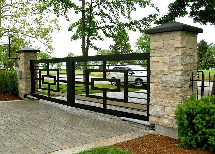 Красивые заборы для частных загородных домов из профнастила, ограждения из дерева в современном стиле: недорогие и красивые изделия из металла  - 43 фото