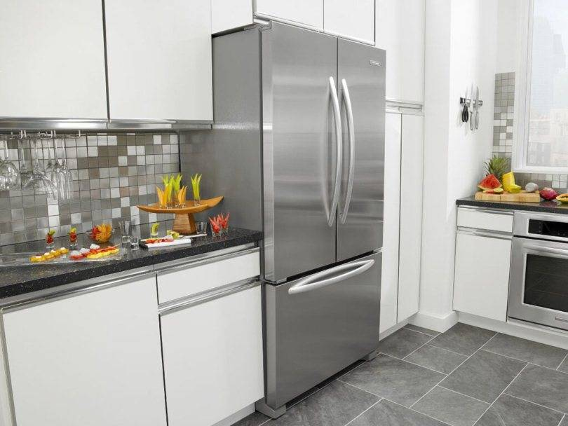 Красная кухня 6 кв. м с черной столешницей и красным холодильником