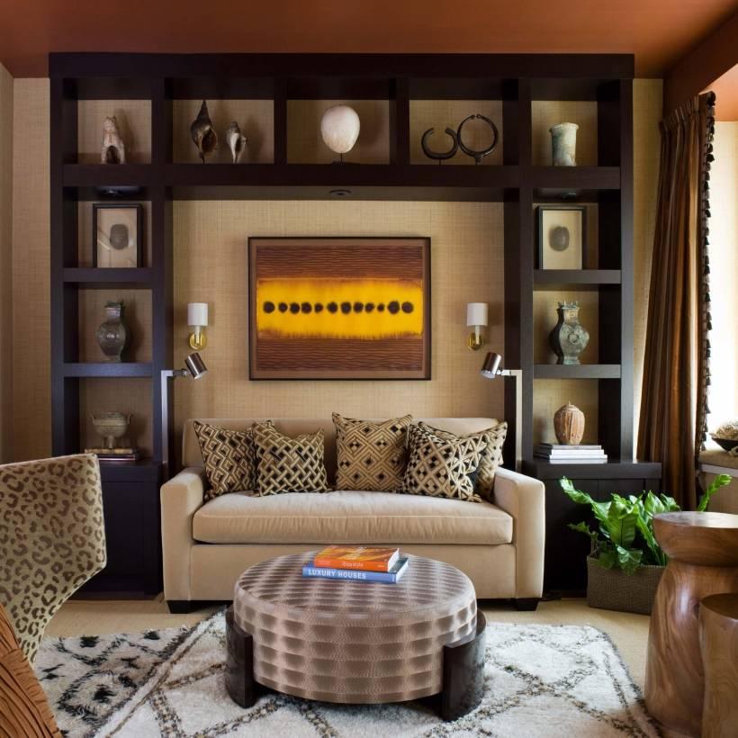 Идеи, как оформить стену в гостиной над диваном