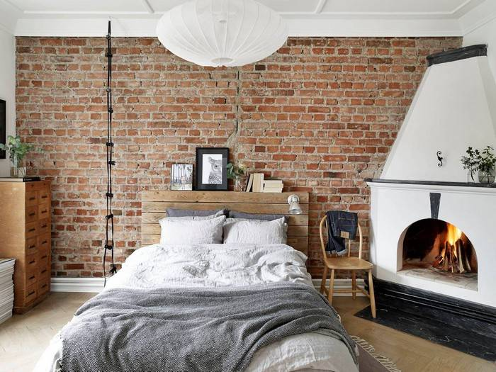Кирпичная стена в интерьере гостиной: варианты оформления и красивые примеры
