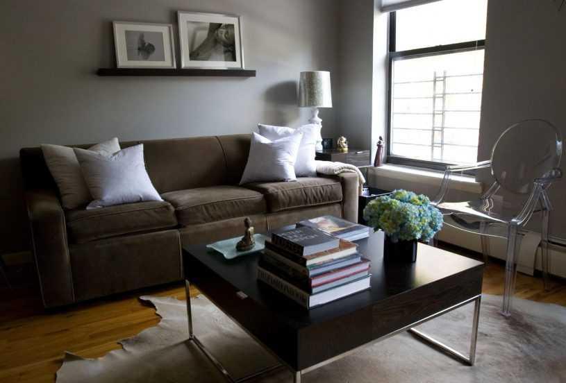 Правила использования синего дивана в интерьере гостиной