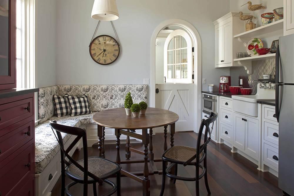 Дизайн кухни с диваном