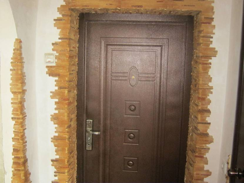 Отделка входной двери декоративным камнем: фото образцов