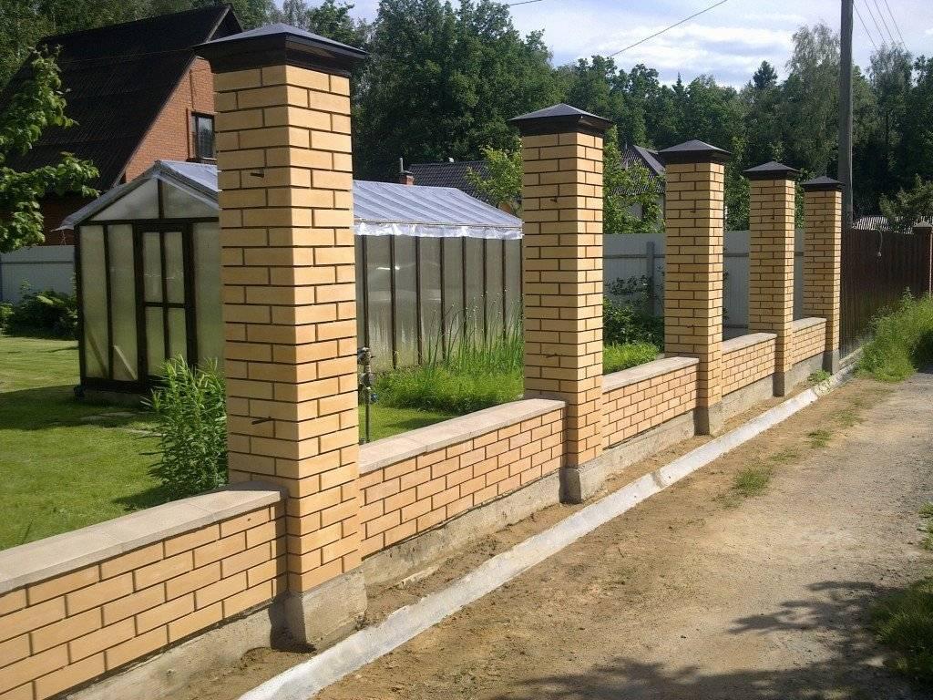 Забор из кирпича и профнастила: особенности и выбор материала, этапы строительства