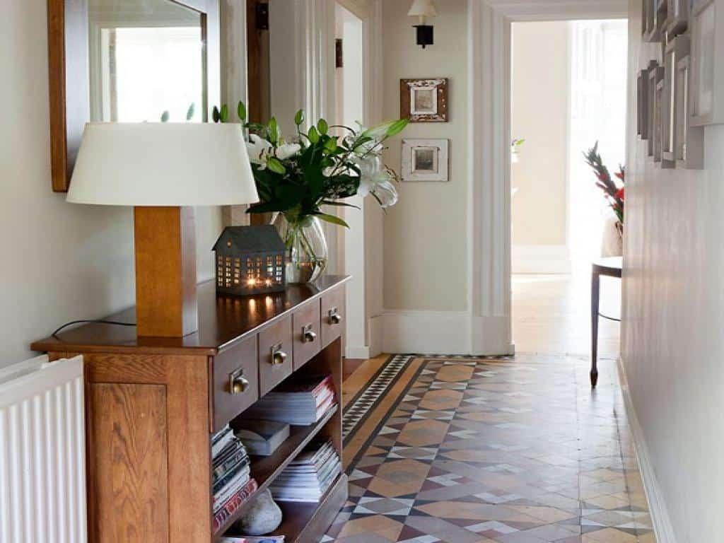 Интересные варианты выбора столиков для прихожей комнаты