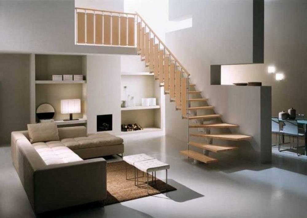 Реализация дизайна гостиной с лестницей на второй этаж