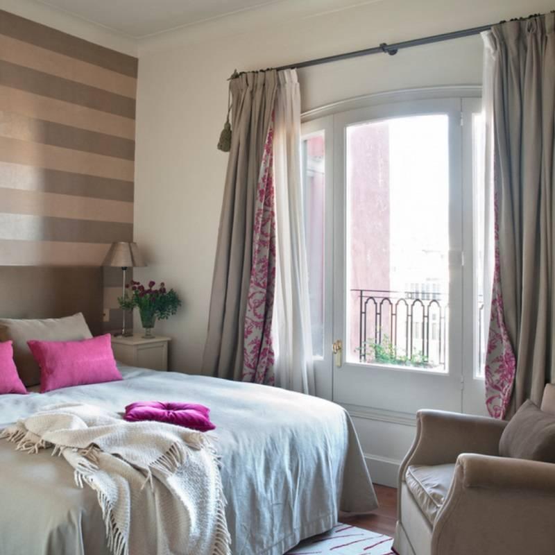 Как лучше оформить спальню с двумя окнами
