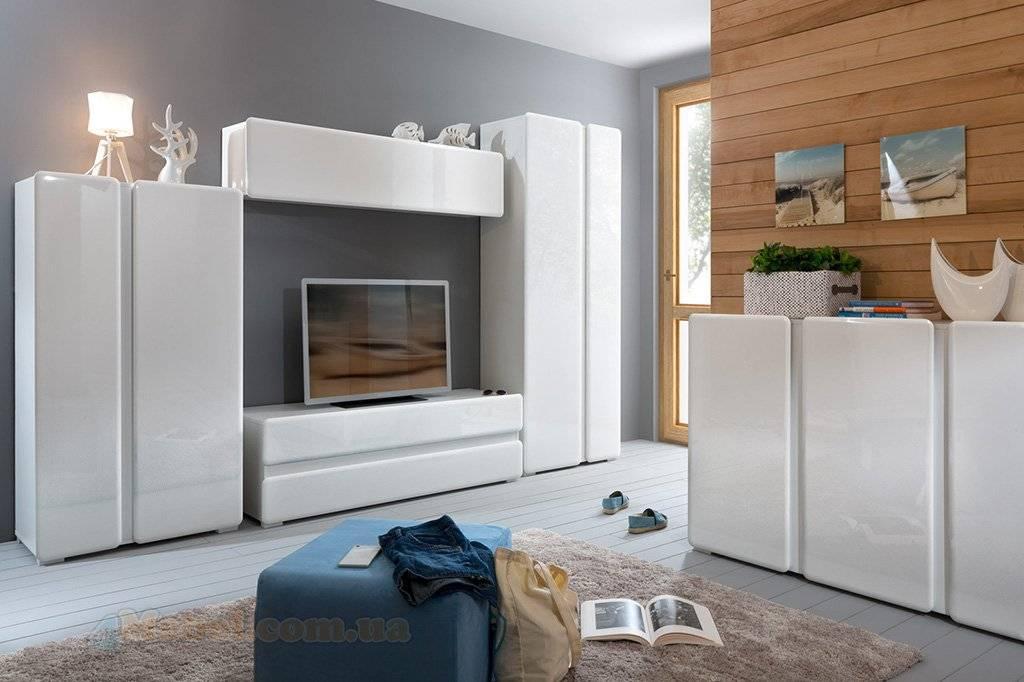 Советы по дизайну интерьера гостиной с белой глянцевой стенкой