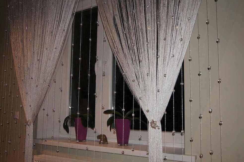 Шторы-нити на кухню (68 фото): как повесить нитяные кисеи? варианты оформления интерьера с балконной дверью шторами-нитками