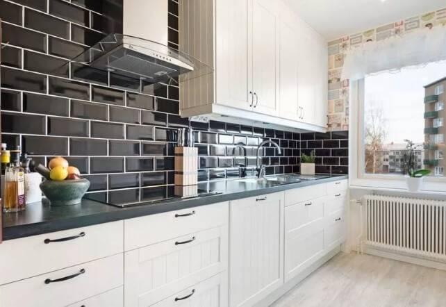 Плитка кабанчик на фартук кухни в белом цвете из керамики: фото в интерьере